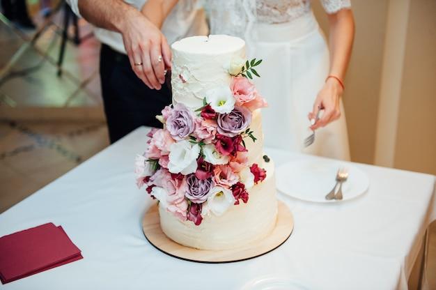 Ręce cięcia pyszne biały tort weselny