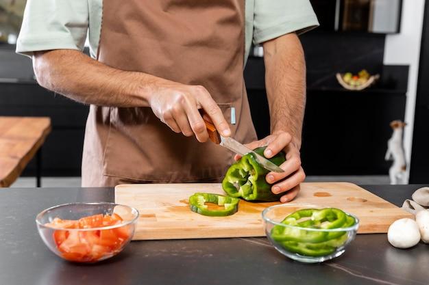 Ręce cięcia warzyw z bliska