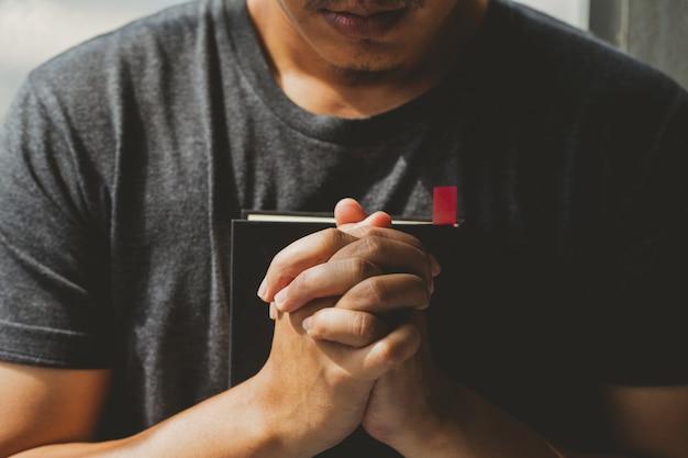 Ręce człowieka modlą się o boże błogosławieństwa.