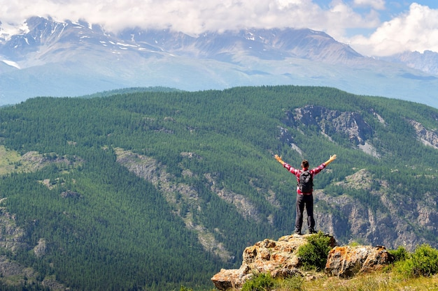Ręce człowieka rozpostarte przez naturę cieszące się wolnością i życiem.