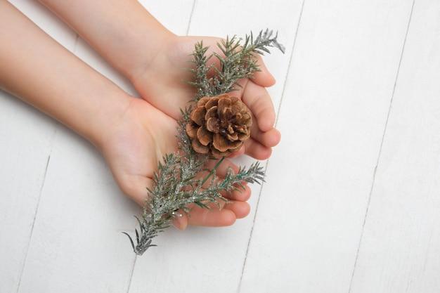 Ręce człowieka, trzymając ozdobę na białym tle. koncepcja uroczystości, święta, rodzina, komfort w domu, ferie zimowe, sylwester. prezent na szczęśliwe czasy.