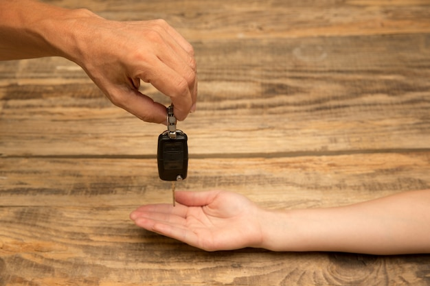 Ręce człowieka, trzymając ozdobę na białym tle na drewniane tła. koncepcja uroczystości, wakacji, rodziny, komfortu w domu. prezent na szczęśliwe czasy.