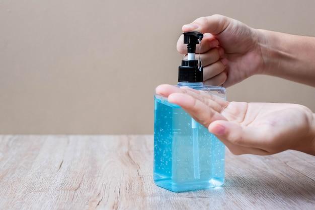Ręce człowieka za pomocą żelu do mycia rąk lub alkoholu dezynfekującego