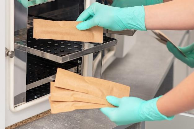 Ręce czyści narzędzia instrumentów medycznych za pomocą systemów czyszczących. myjka ultradźwiękowa.