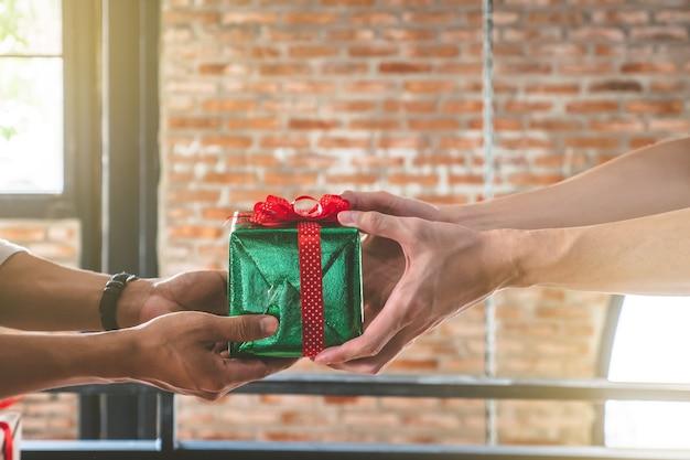 Ręce dając i otrzymując prezent