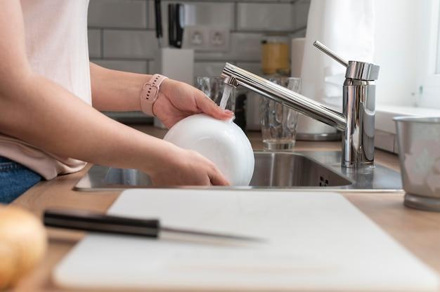 Ręce do mycia naczyń z bliska
