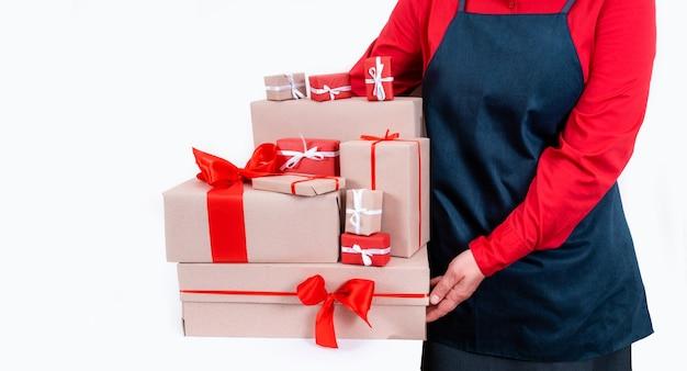 Ręce dostarczają pudełka z czerwonymi kokardkami