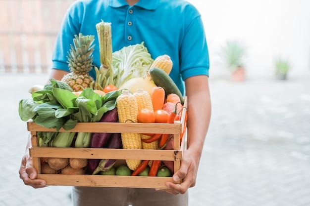 Ręce Dostarczające Artykuły Spożywcze Premium Zdjęcia