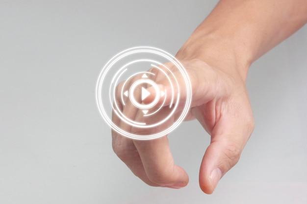 Ręce dotykając przycisku interfejsu ekranu globalne połączenie sieciowe klientów