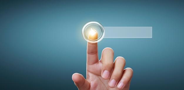 Ręce dotykające przycisk ekranowy interfejs globalne połączenie wymiany danych w sieci klienta