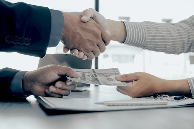 Ręce drżenie urzędników państwowych otrzymujących łapówki od biznesmena koncepcja korupcji