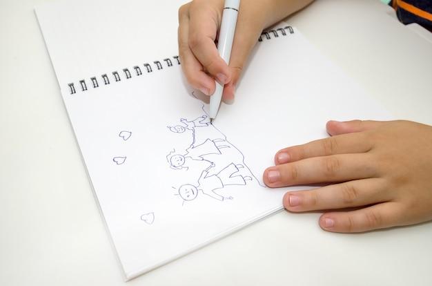 Ręce dzieci malują szczęśliwą rodzinę