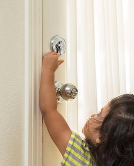 Ręce dzieci otwierają klamkę