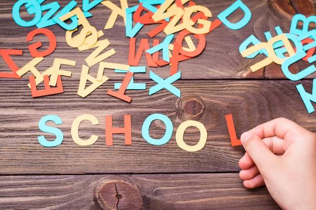 Ręce dzieci tworzą słowo