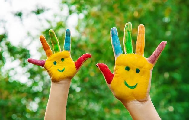 Ręce dzieci w kolorach. letnie zdjęcie. selektywna ostrość.
