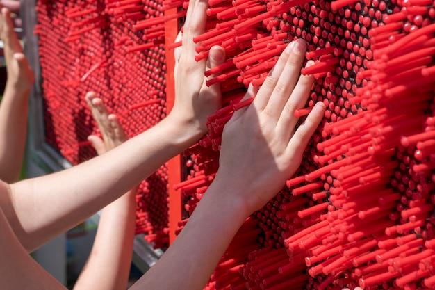 Ręce dzieci zbliżenie na tle rozwijania zabawnej gry