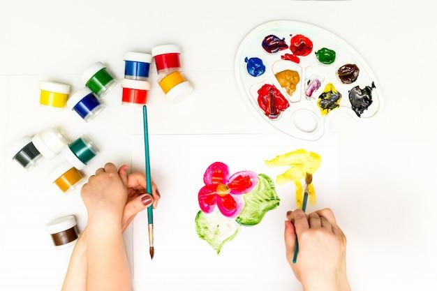 Ręce dziecka malowanie kwiatu