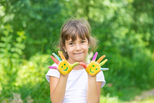Ręce dziecka maluje uśmiech.