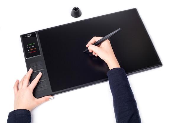 Ręce dziewcząt i bezprzewodowe tablety graficzne z piórem