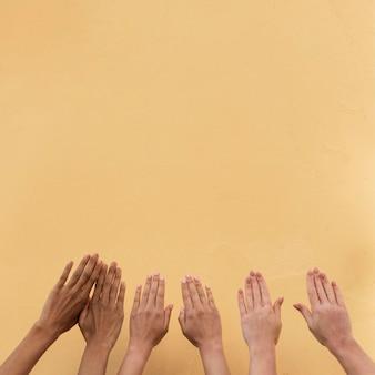 Ręce dziewczyny różnych grup etnicznych z miejsca na kopię
