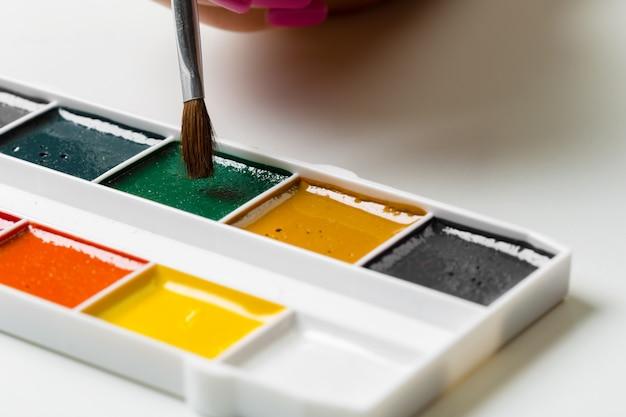 Ręce dziewczyny z malowaniem pędzlem