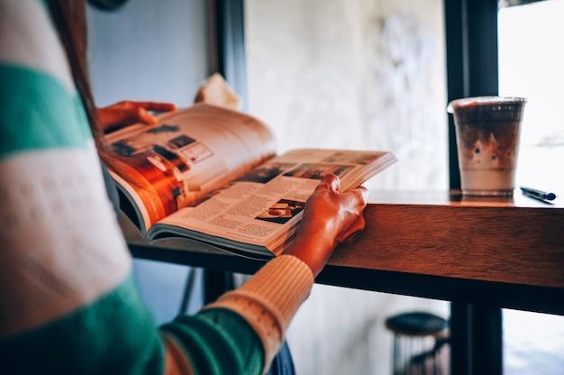 Ręce i książki czytaj książki w czasie wolnym. do wiadomości na. zwiększ swoje umiejętności