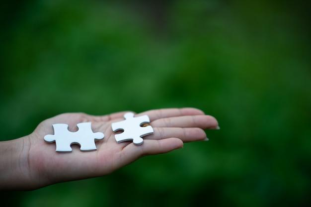 Ręce i puzzle, ważne elementy pracy zespołowej koncepcja pracy zespołowej