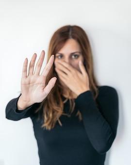 Ręce kobiet jako sygnał do zatrzymania lub odmowy. pojęcie powstrzymania przemocy lub znęcania się nad kobietami.