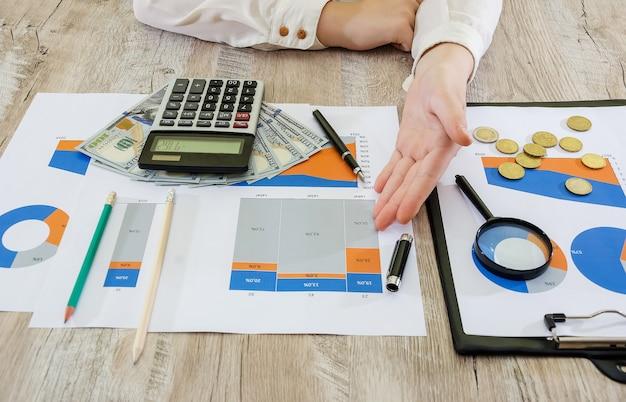 Ręce kobiety biznesu na tle wykresów biznesowych koncepcja analizy ryzyka plann