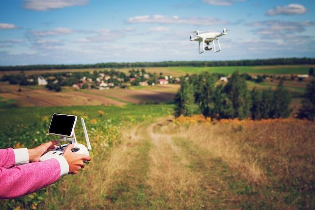 Ręce kobiety drona i fotografa