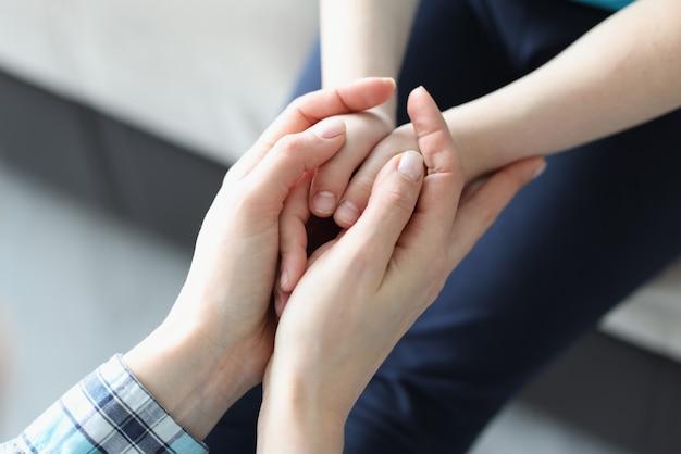 Ręce kobiety i dzieci złączyły się w zbliżenie