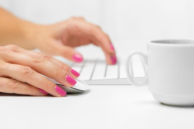 Ręce kobiety na klawiaturze
