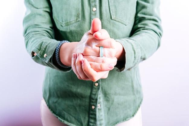 Ręce kobiety stosując krem do rąk. koncepcja pielęgnacji dłoni
