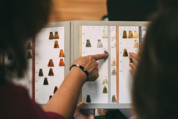 Ręce kobiety z katalogiem barwników