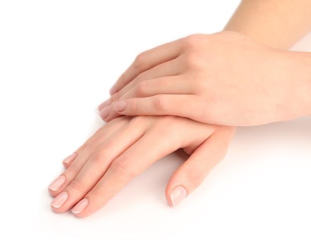 Ręce kobiety z pięknym manicure na białym tle