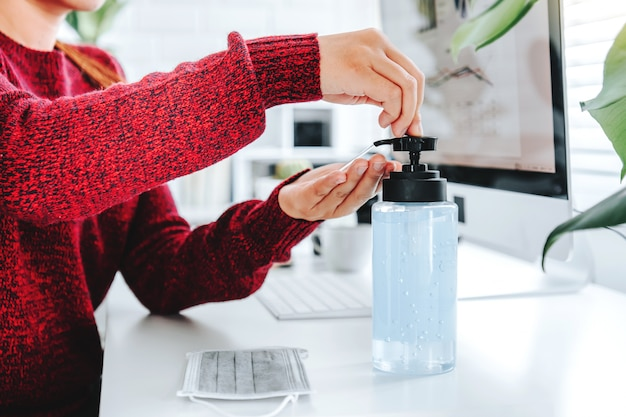 Ręce Kobiety Za Pomocą Alkoholu żel Premium Zdjęcia
