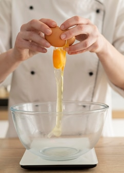 Ręce łamanie jajka z bliska