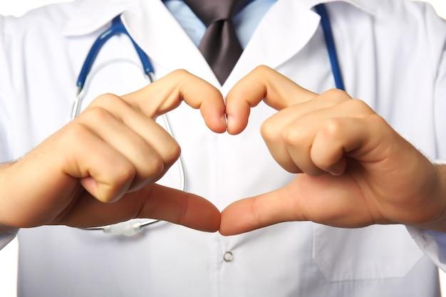 Ręce lekarza co kształt serca z bliska