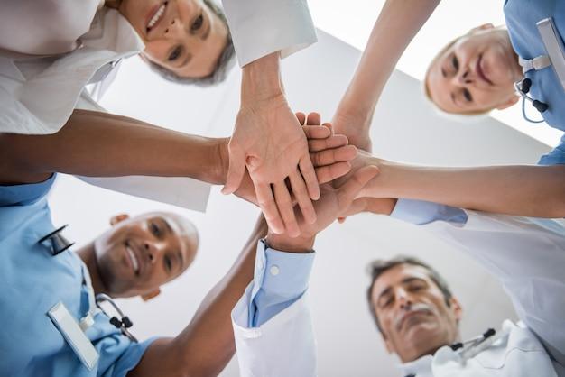 Ręce lekarza ułożone