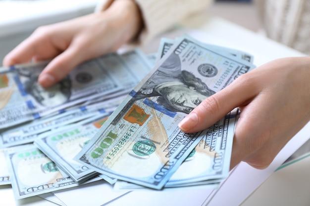 Ręce liczą pieniądze, z bliska