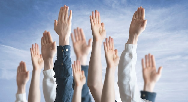 Ręce ludu uniesione w górę, głosowanie, wybory, demokracja