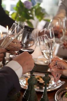 Ręce ludzi opiekania na imprezie