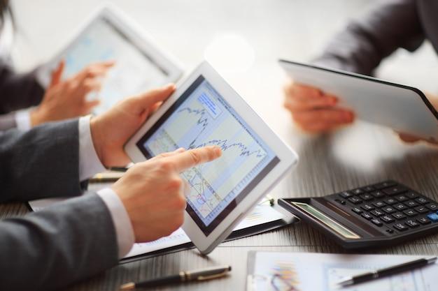 Ręce ludzi pracujących z tabletem i smartfonem. technologia.