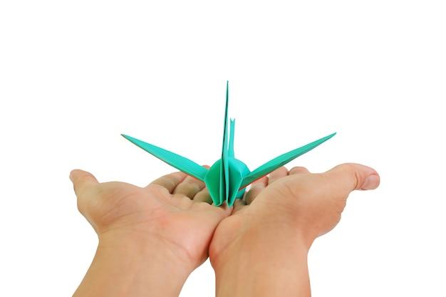 Ręce ludzi z ptakiem origami na białym tle. koncepcja wolności