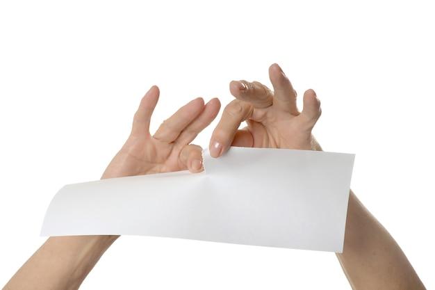 Ręce łzawienie arkusza papieru, zbliżenie na białym tle