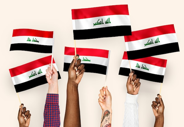 Ręce macha flagami iraku