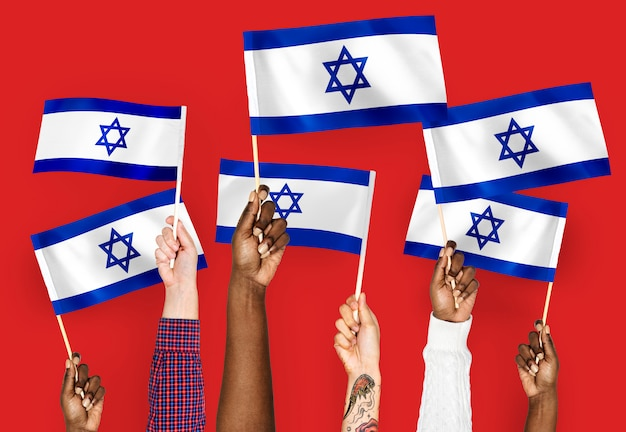 Ręce macha flagami izraela