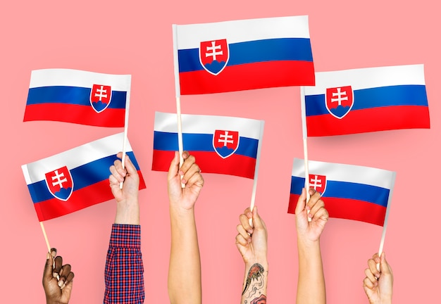 Ręce macha flagami słowacji