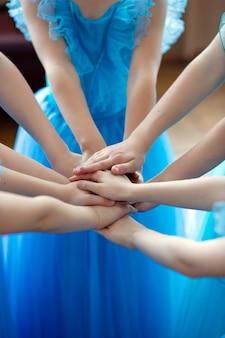 Ręce małych baletnic razem