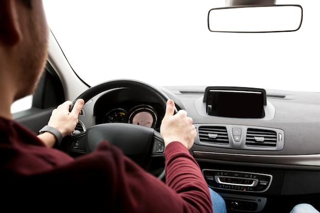 Ręce mężczyzny kierowcy na kierownicy samochodu
